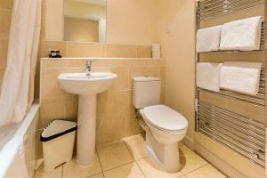 Service Apartments bathroom in Hemel Hempstead