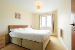 Bedroom with Kingsize bed. 1 bed serviced apartment to rent in Hemel Hempstead